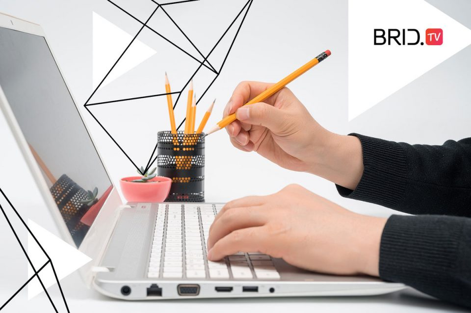 man sitting at a laptop with a pencil in his hand for a text about online teaching best practices